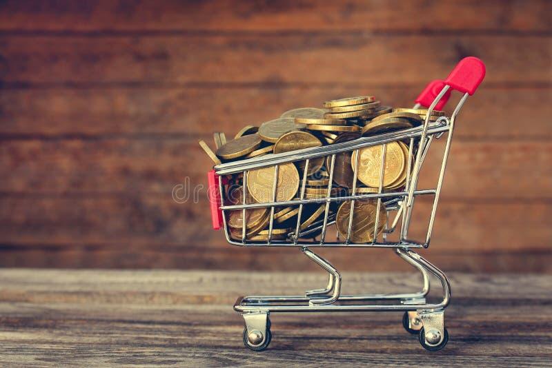 Caddie et pièces de monnaie image stock