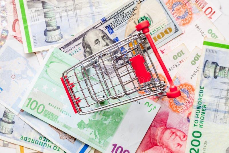 Caddie vide sur le concept divers d'économie globale de billets de banque avec l'espace de copie photos libres de droits