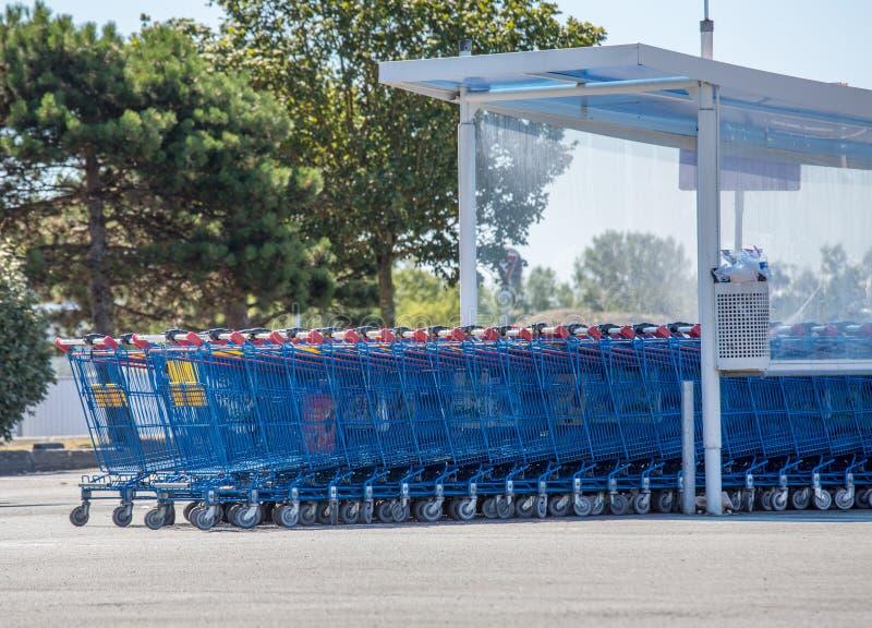Caddies de supermarché de la marque française U hyper photographie stock libre de droits