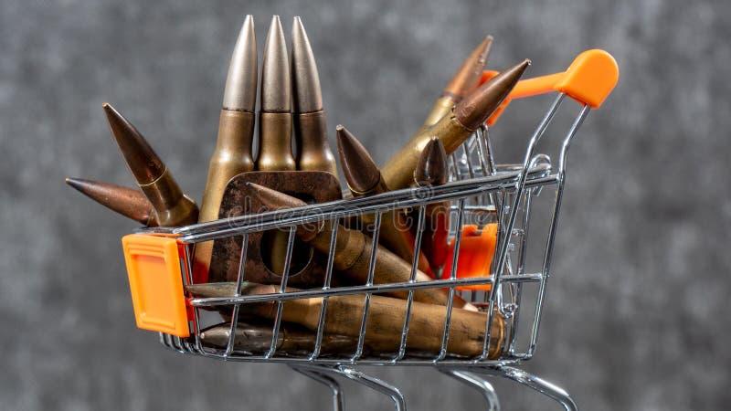 Caddy för att handla med ammunition, begreppet pengar för krig arkivfoto