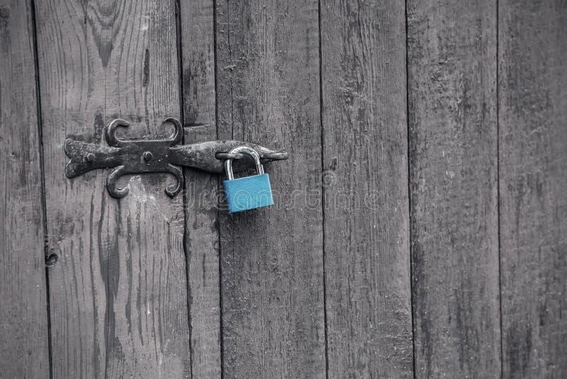 Cadeado azul numa porta de madeira fotos de stock royalty free