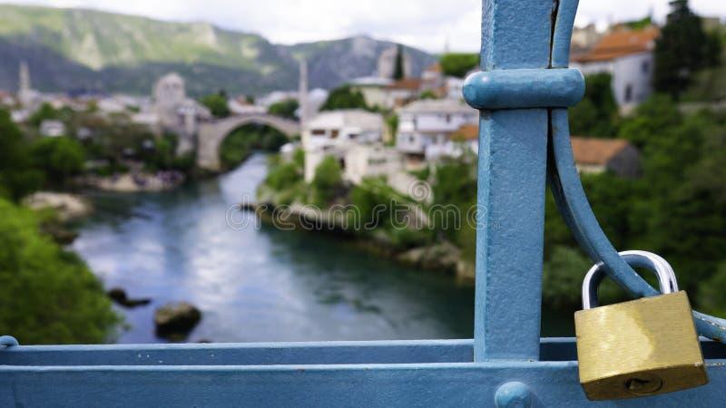 Cadeado bloqueado na cerca de uma ponte portuária ou ponte portuária de Lucki Most ou ponte de Mujage Komadine sobre o rio Neretv foto de stock