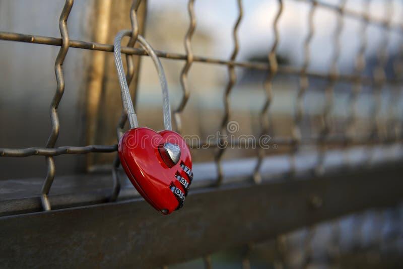 Cadeado coração-dado forma vermelho do amor imagens de stock royalty free
