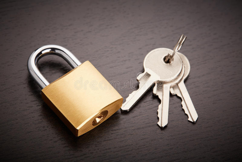 Cadeado de bronze com chaves imagens de stock royalty free
