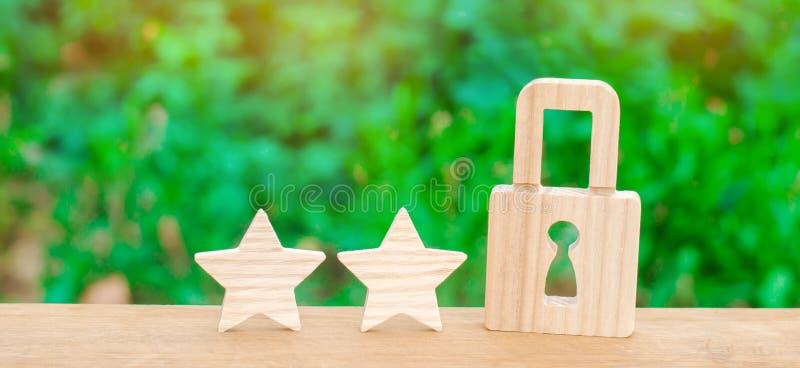 Cadeado de madeira e duas estrelas Segurança, segurança dos usuários e negócio Segurança do Internet, antivirus, proteção de dado imagens de stock royalty free