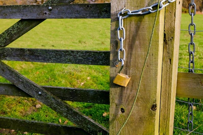 Cadeado destravado na porta da exploração agrícola fotografia de stock