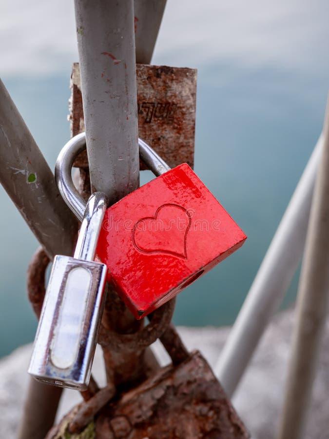 Cadeado do amante na ponte - tiro do detalhe imagem de stock