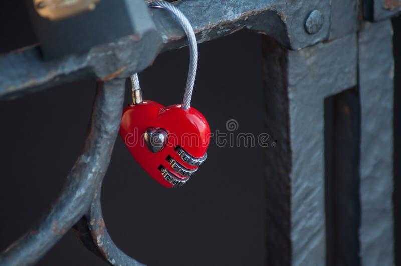 Cadeado do amor no coração dado forma na cerca metálica imagem de stock