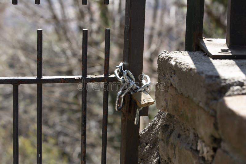 Cadeado fechado com corrente foto de stock royalty free