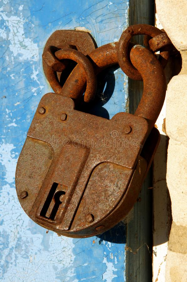 Cadeado fechado oxidado velho imagens de stock