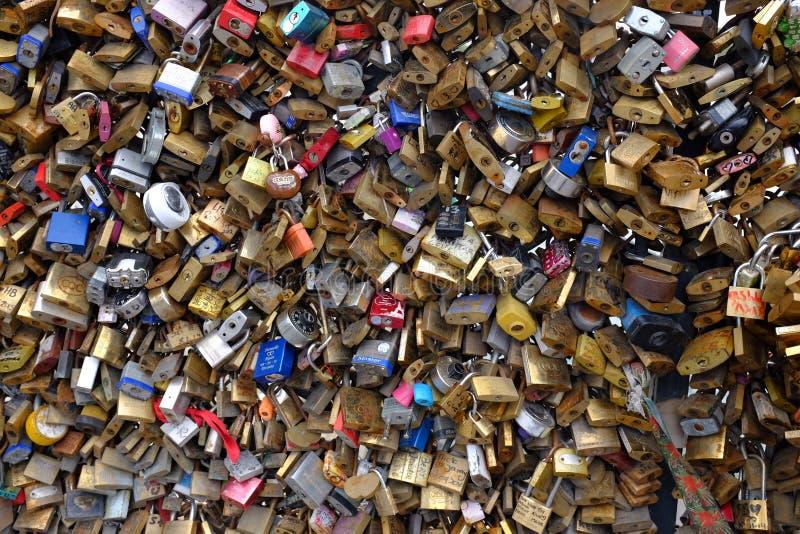 Cadeado fechados na ponte em Paris, França imagem de stock