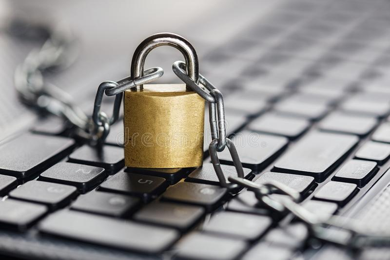 Cadeado no teclado de computador Segurança da rede, segurança de dados e PC da proteção do antivirus imagens de stock