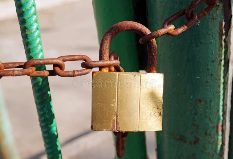Cadeado oxidado na corrente oxidada foto de stock royalty free