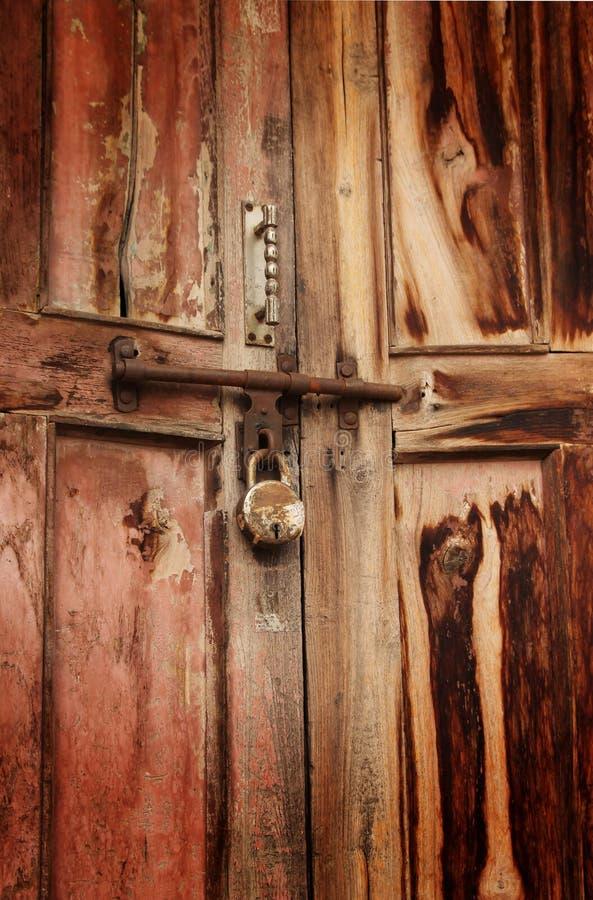 Cadeado oxidado na porta foto de stock royalty free