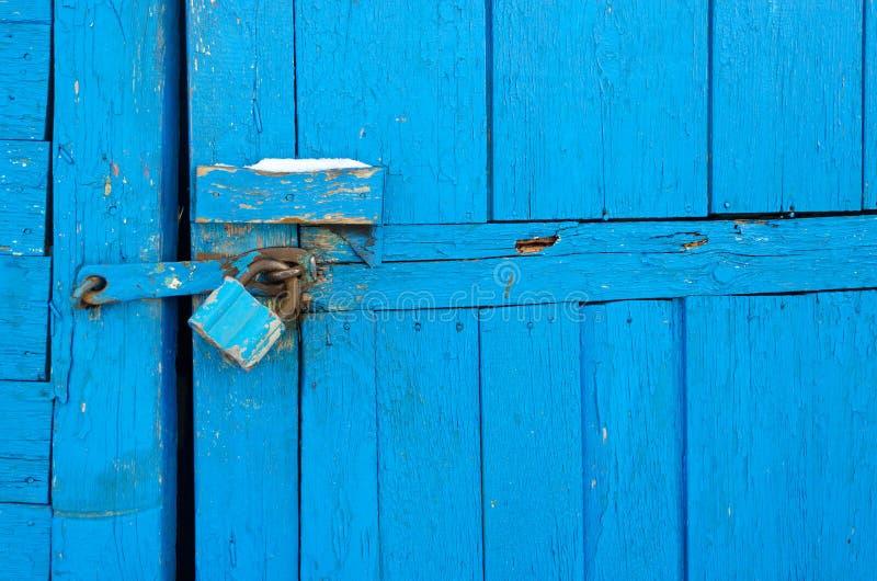 Cadeado oxidado na porta de madeira velha foto de stock