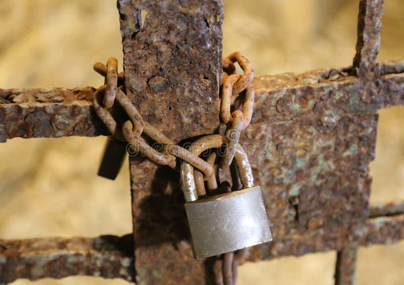 Cadeado oxidado velho grande com a porta chain e fechado fotografia de stock royalty free