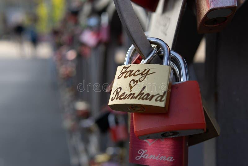 Cadeado que penduram em uma ponte fotografia de stock royalty free