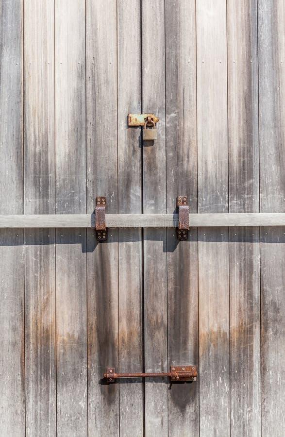 Cadeado rústico na porta de entrada de madeira na terra fotografia de stock royalty free