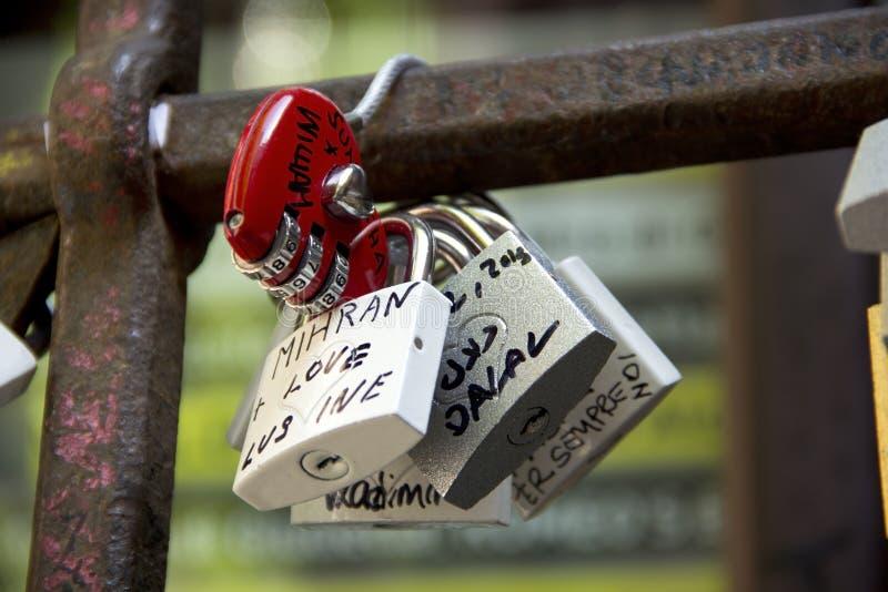 Cadeado, símbolos do amor na jarda de Julia em Verona foto de stock