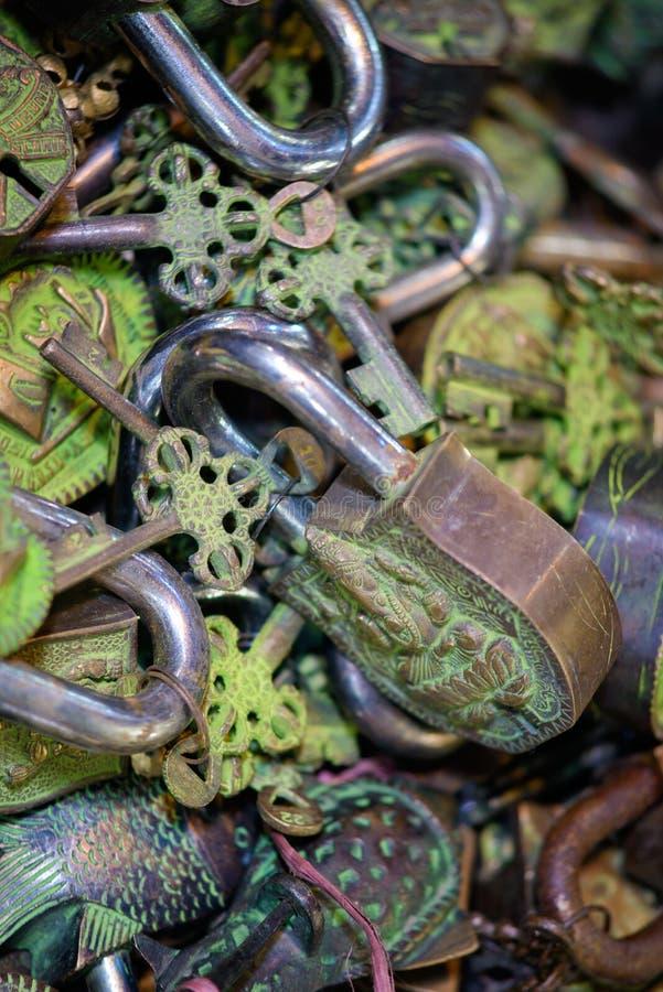 Cadeado sortidos e chaves imagens de stock royalty free