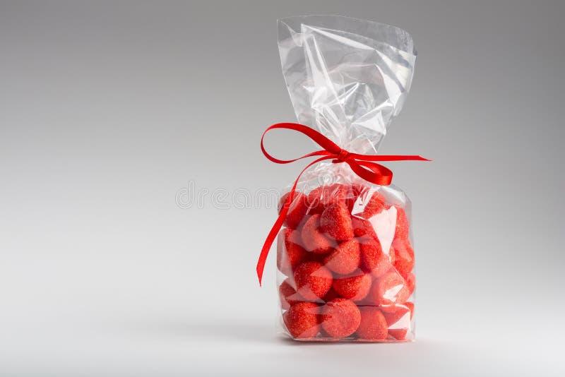 Cadeau élégant des fraises de sucrerie avec l'espace de copie photos stock