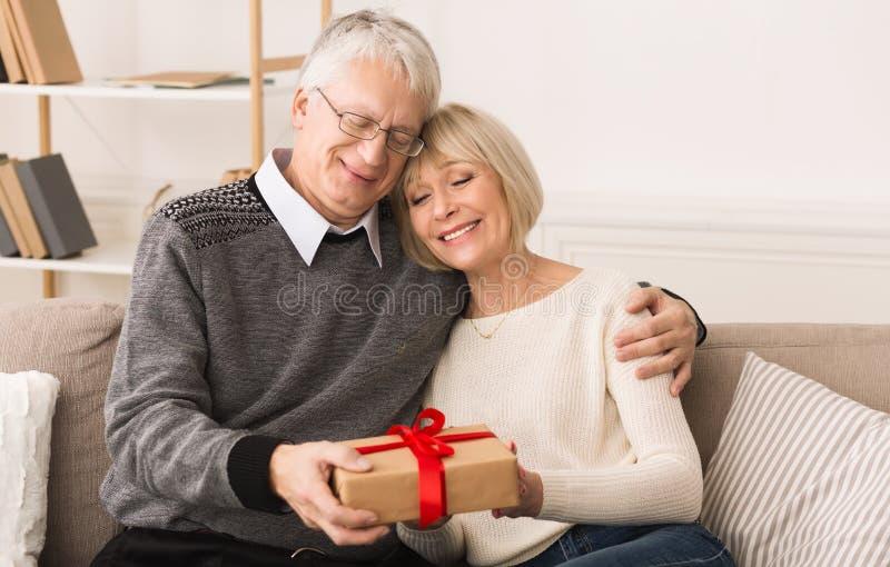 Cadeau avec amour Homme supérieur donnant le présent à l'épouse photographie stock