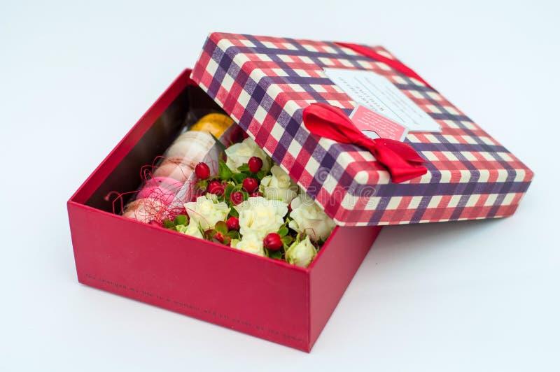 Cadeau avec des fleurs photo stock