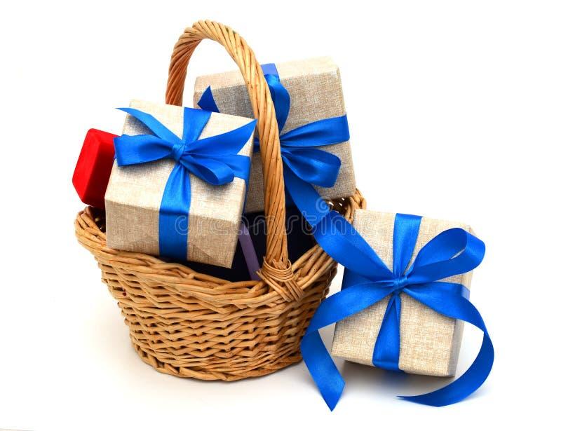 Cadeau avec le panier image stock