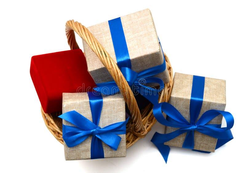 Cadeau avec le panier image libre de droits