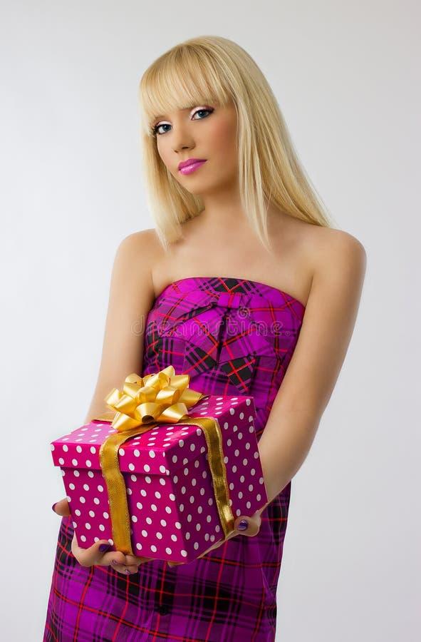 Cadeau blond de Noël de fixation de fille. image stock