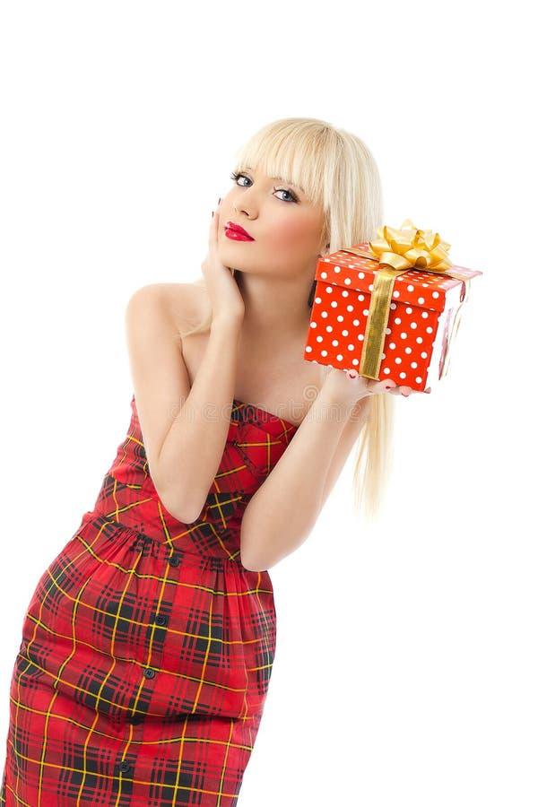 Cadeau blond de Noël de fixation de fille dans la robe rouge photo libre de droits