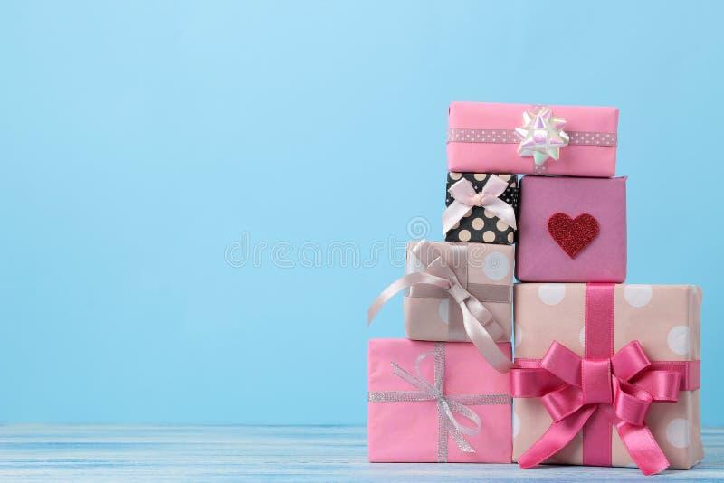 Cadeau Boxes Cadeaux sur un fond bleu doux vacances Jour du `s de Valentine Jour du `s de femmes Jour du `s de mère L'espace pour photos stock
