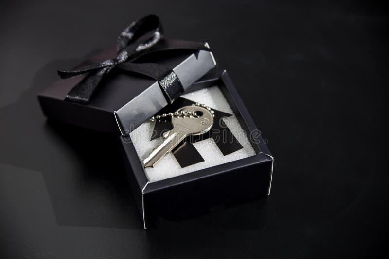 Cadeau cher dans un beau paquet - posséder le logement photo libre de droits