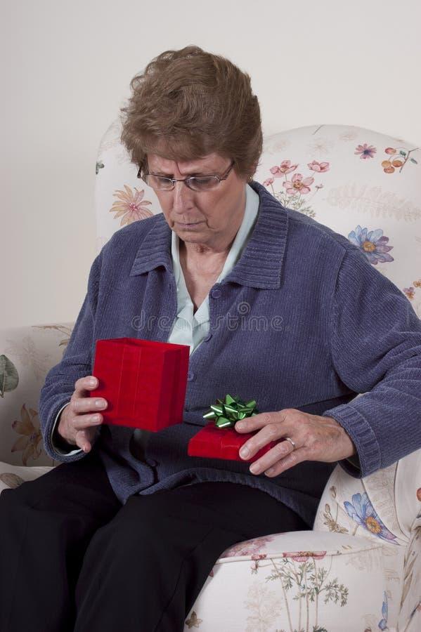 Cadeau d'anniversaire de grand-maman de présent de jour de mères malheureux photos stock