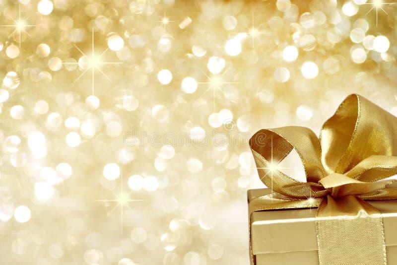Cadeau d'or avec des étoiles photographie stock