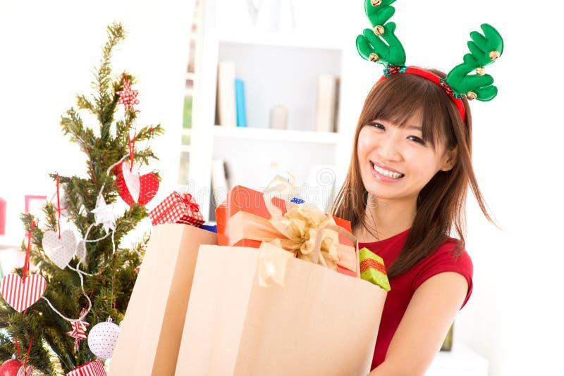 Cadeau de achat de Noël images stock