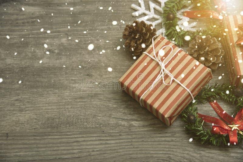 Cadeau de cadeaux de Noël rouge et rustique décoré étendu sur le fond en bois de table image libre de droits