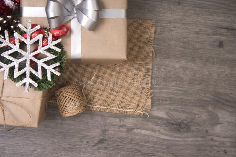 Cadeau de cadeaux de Noël rouge et rustique décoré étendu sur le fond en bois de table photo stock