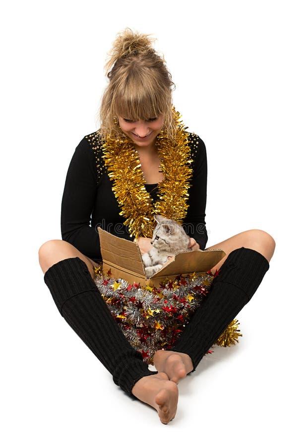 Cadeau de chat de femme photographie stock libre de droits