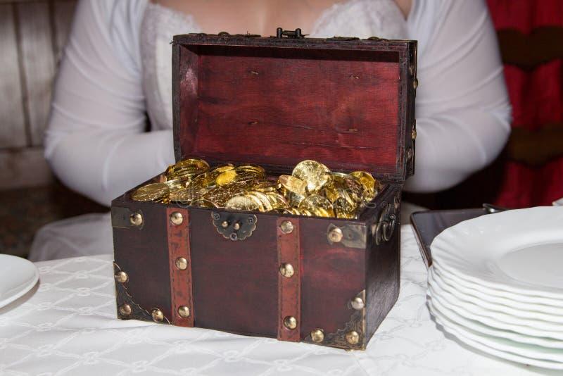 Cadeau de mariage sous la forme d'un coffre avec beaucoup de pièces de monnaie d'or 20 CZK image stock