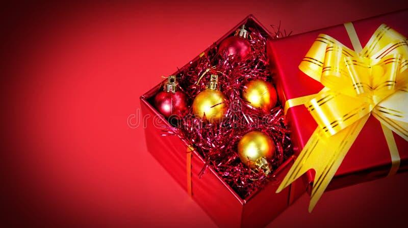 Cadeau de Noël avec des billes images libres de droits
