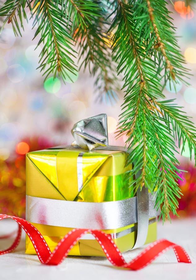 Cadeau de Noël avec le fond de bokeh d'éclat image libre de droits