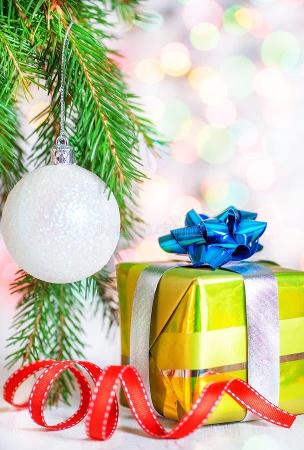 Cadeau de Noël avec le fond de bokeh d'éclat photo stock