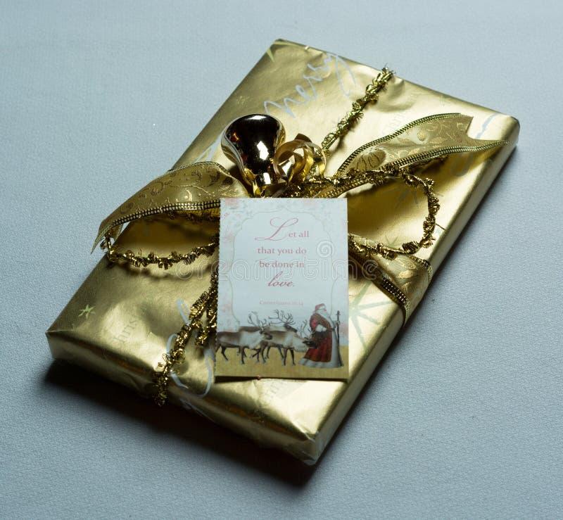 Cadeau de Noël d'or photographie stock libre de droits