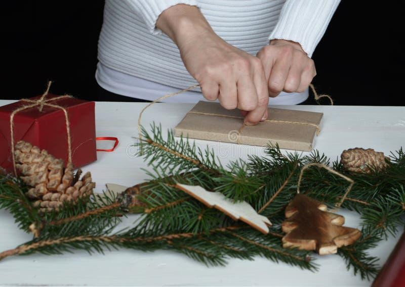 Cadeau de Noël d'emballage photos stock
