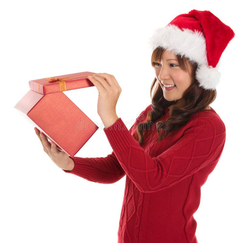 Cadeau de Noël d'ouverture photos stock