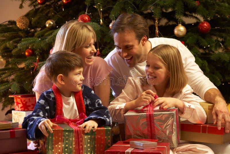 Cadeau de Noël d'ouverture de famille devant l'arbre photographie stock