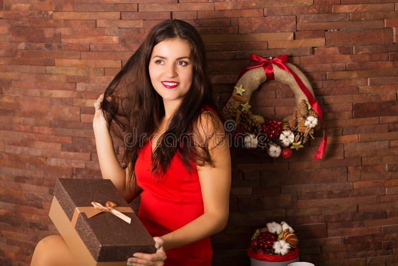Cadeau de Noël d'ouverture de femme photos stock