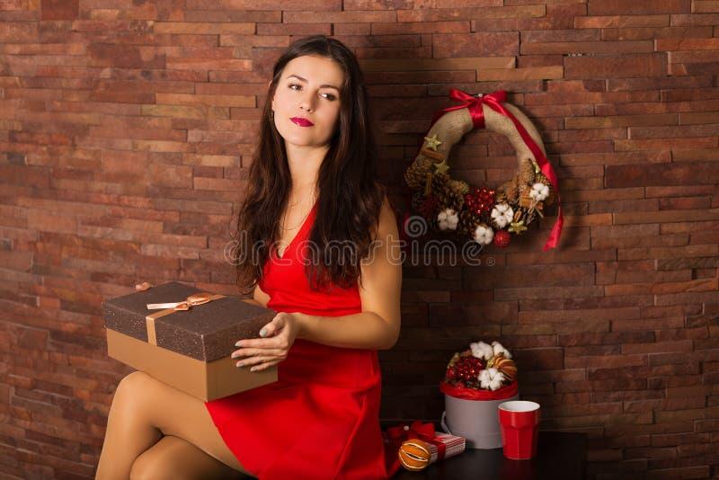 Cadeau de Noël d'ouverture de femme photographie stock