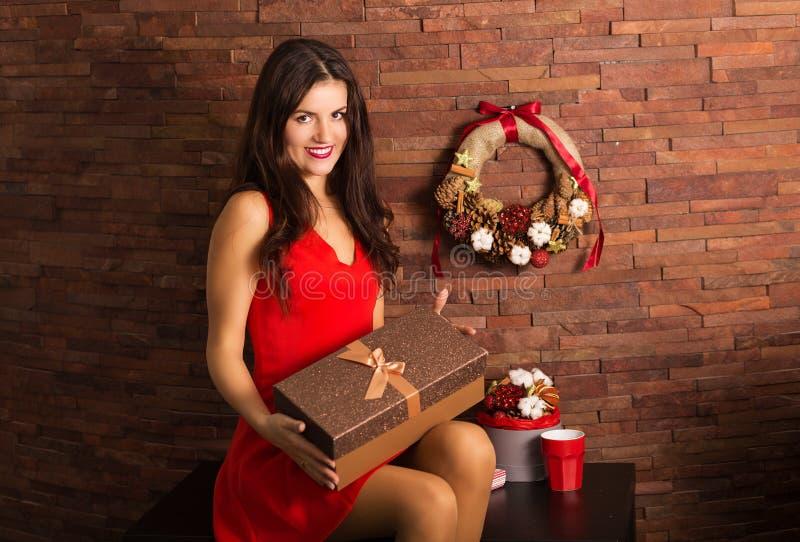 Cadeau de Noël d'ouverture de femme photographie stock libre de droits